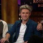 Louis miraba a Harry mientras le preguntaban en que se había inspirado al escribir no control #AlwaysInMyHeartLarry http://t.co/0NLhrpOsCv