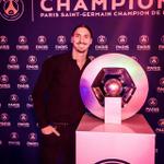 Zlatan Ibrahimovic avec ses 23e, 24e, et 25e trophée de sa carrière.... #PSG #ParisTeam http://t.co/Y6cAipqG0W