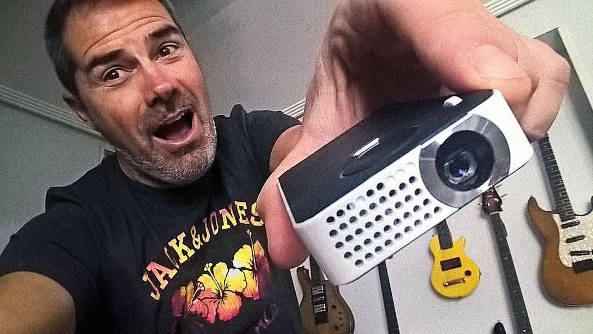 Disfrutando de mi nuevo juguete; un proyector Philips PicoPix  MOLA !! http://t.co/OjteLLYhoO https://t.co/9NQoK5Fo0h http://t.co/t28RsM1faM