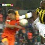 VIDEO. Il sessuie les crampons sur le visage de son adversaire, et ce nest pas beau à voir http://t.co/cstIClxMyQ http://t.co/sOxJI3XFit