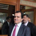 Óscar Iván Zuluaga defiende a Luis Alfonso Hoyos de acusaciones sobre chuzadas http://t.co/UIMDpC32n6 http://t.co/Y7uGJ28Psf