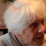 Mujer logra a los 102 años el doctorado que los nazis le negaron http://t.co/wmjMV1jXDh http://t.co/C3ZAHLQwDx