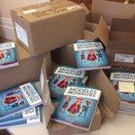"""Députés #PQ distribuent 108 livres """"Modèles recherchés"""" de @robertpilon @GRISmontreal dans leur comté #assnat #polqc http://t.co/yxsOj3oza4"""