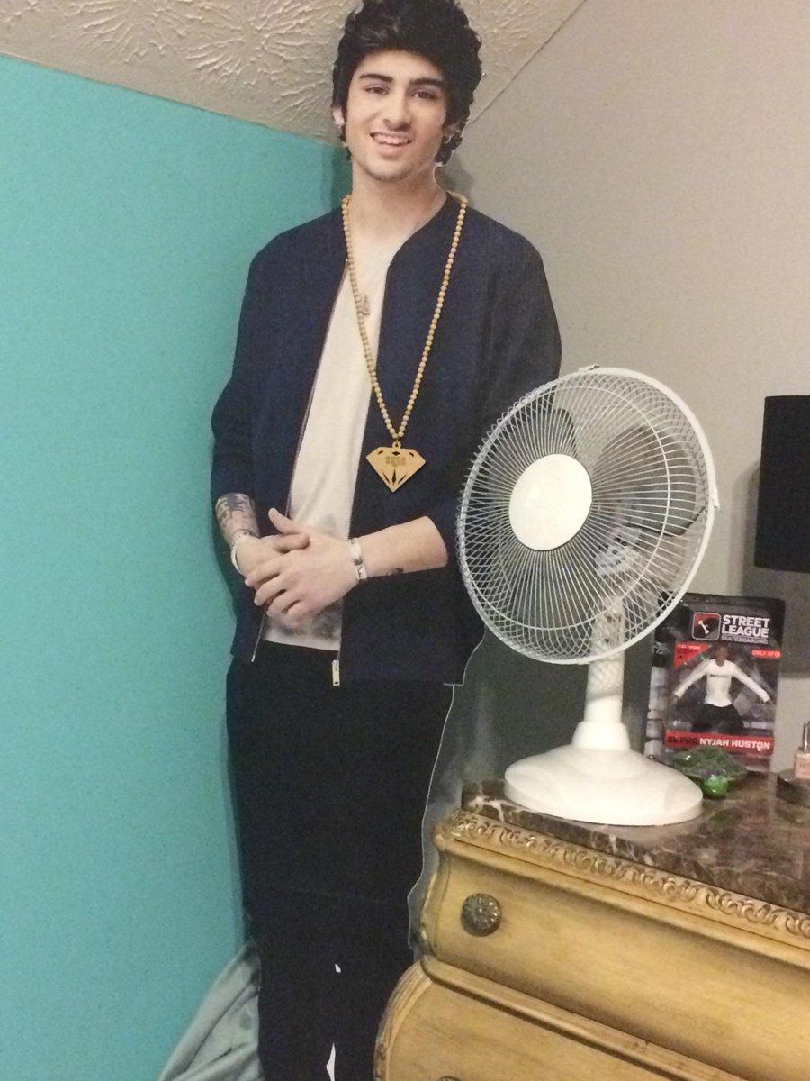 Zayn got a chain bc he hangs with naughty boy now http://t.co/GjIZFkq4Li