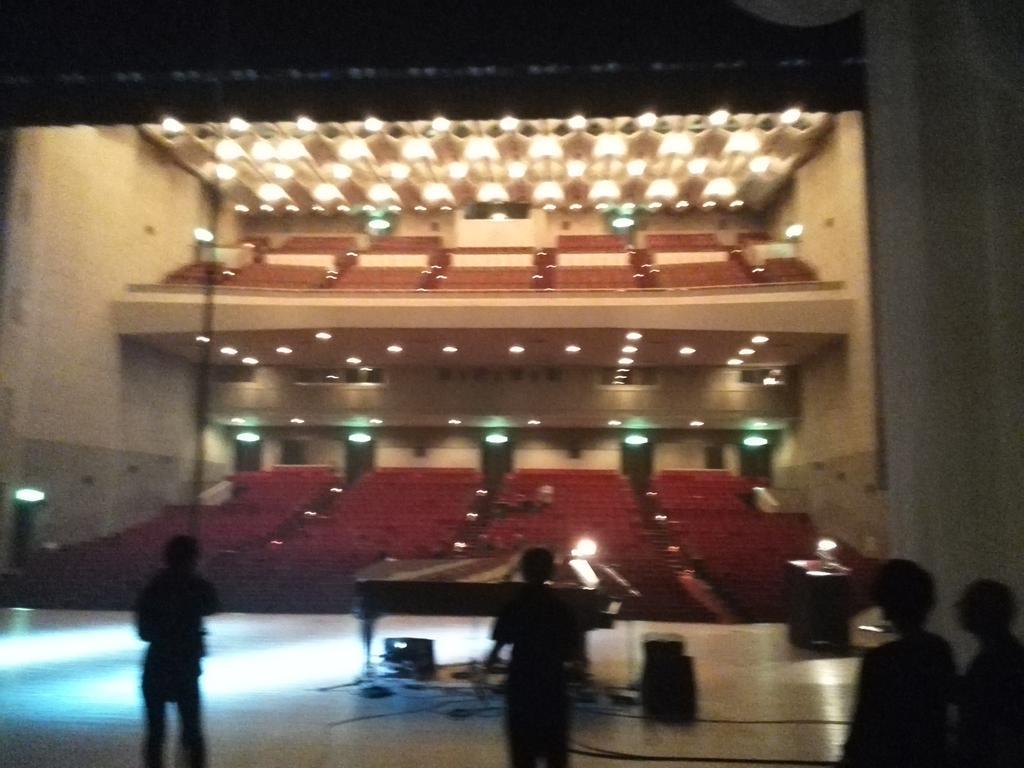今日は藤嶺学園という男子校の創立100周年記念式典で映像に合わせた演奏とライブをさせて頂きました!保Pは総合演出&舞台監督をしておりました。生徒やご来賓等総勢1200人!男だらけのコール&レスポンスも盛り上がった!良いイベントだった! http://t.co/e6dMkjXaj3