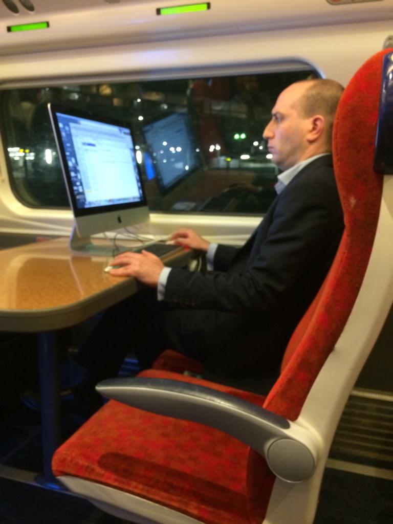 So this guy set up a Mac on the train down to London… http://t.co/HqVUCnYgdX