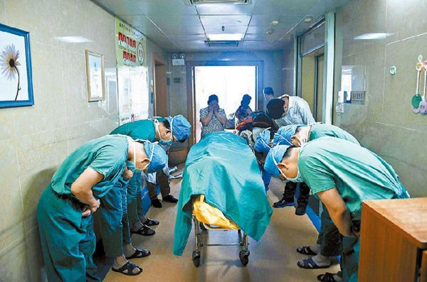 Chinese doctors bowing down to an 11 year old boy with brain cancer who saved several lives by donating his organs. http://t.co/fTLbqlnnwZ