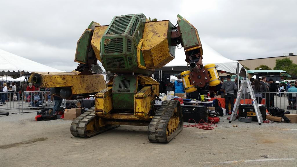 Giant. Battle. Robots. Welp, now I can die happy. Thanks MegaBot! #MFBA15 #makerfaire http://t.co/Bn5U67xrD4