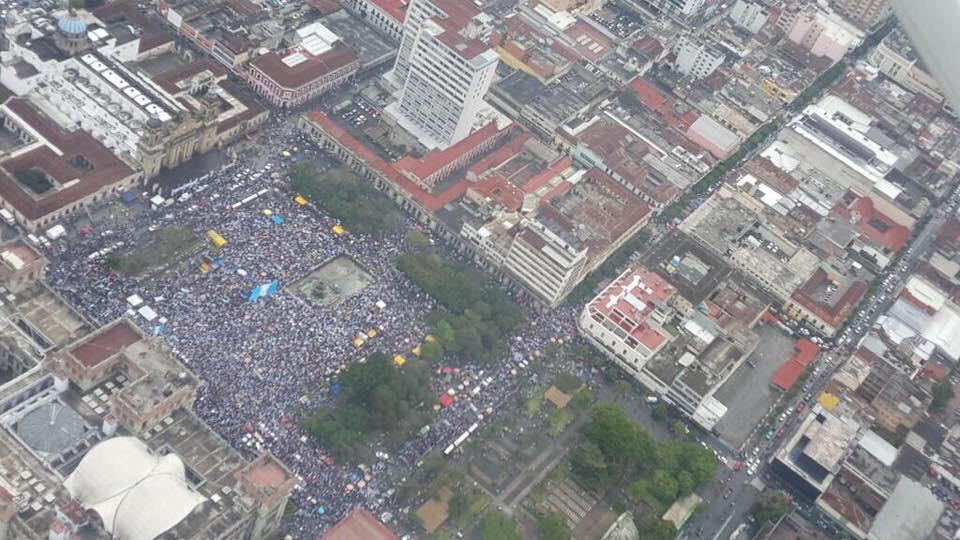 Qué increíble muchá #RenuciaYa #RenunciaYaFase2 #ManifestacionPacifica #JusticiaYa http://t.co/vVdkEy7jr6