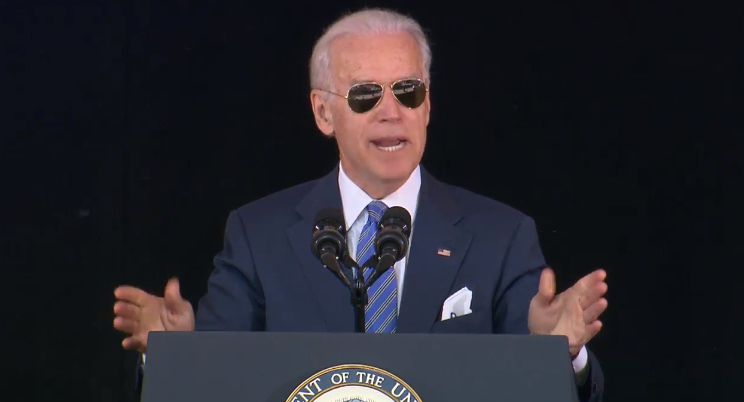 "Joe Biden encourages the Class of 2015 to find the ""sweet spot"" between success & happiness.  #Yale2015 http://t.co/FjX9JpEztL"