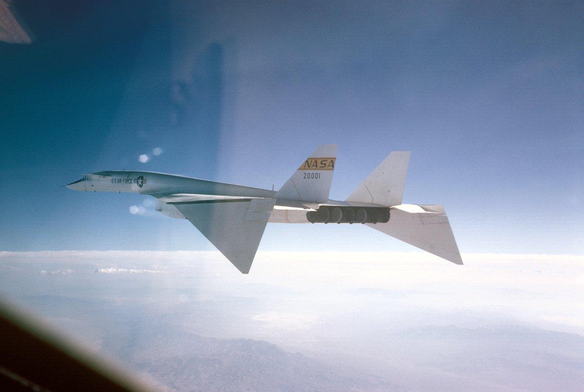 チェイス機から撮影されたXB-70。高速飛行モードに変形してるよ…ハァハァ . . . . ※ちなみにマッハ3で飛行している姿は、チェイサーが追いつけないため残ってないらしい。 http://t.co/vcc4LX8sMs