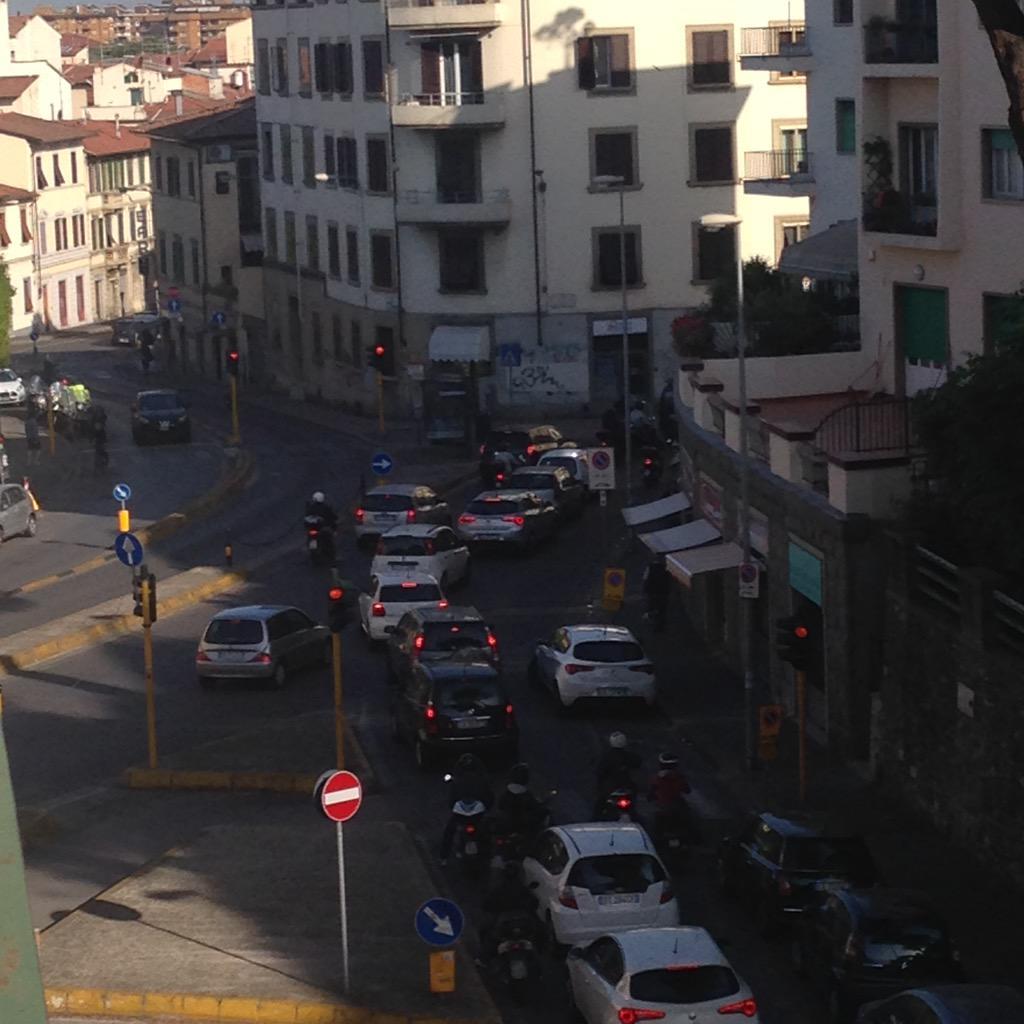 """RT @NiccoloBianco: Incrocio Vemanule Tavanti celso!Tutto bloccato!Compresi sabato e domenica! Nn si può così! @comunefi @Lavori_Tram_Fi htt…<a target=""""_blank"""" href=""""http://t.co/GMwnZA6c42""""><br><b>Vai a Twitter<b></a>"""