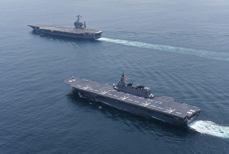 海上自衛隊のFacebookより: 横須賀を後にした空母ジョージ・ワシントンを見送って下さった、海上自衛隊の護衛艦「いずも」とのツーショット→  http://t.co/KSg0W2SK0h http://t.co/QT2K8mmOJa