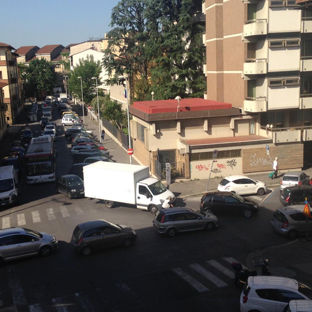 """RT @NiccoloBianco: Traffico si ripercuote anche su via fabroni e via milanesi! Delirio totale oggi! @comunefi @Lavori_Tram_Fi http://t.co/7…<a target=""""_blank"""" href=""""http://t.co/7bqC2vpFt1""""><br><b>Vai a Twitter<b></a>"""