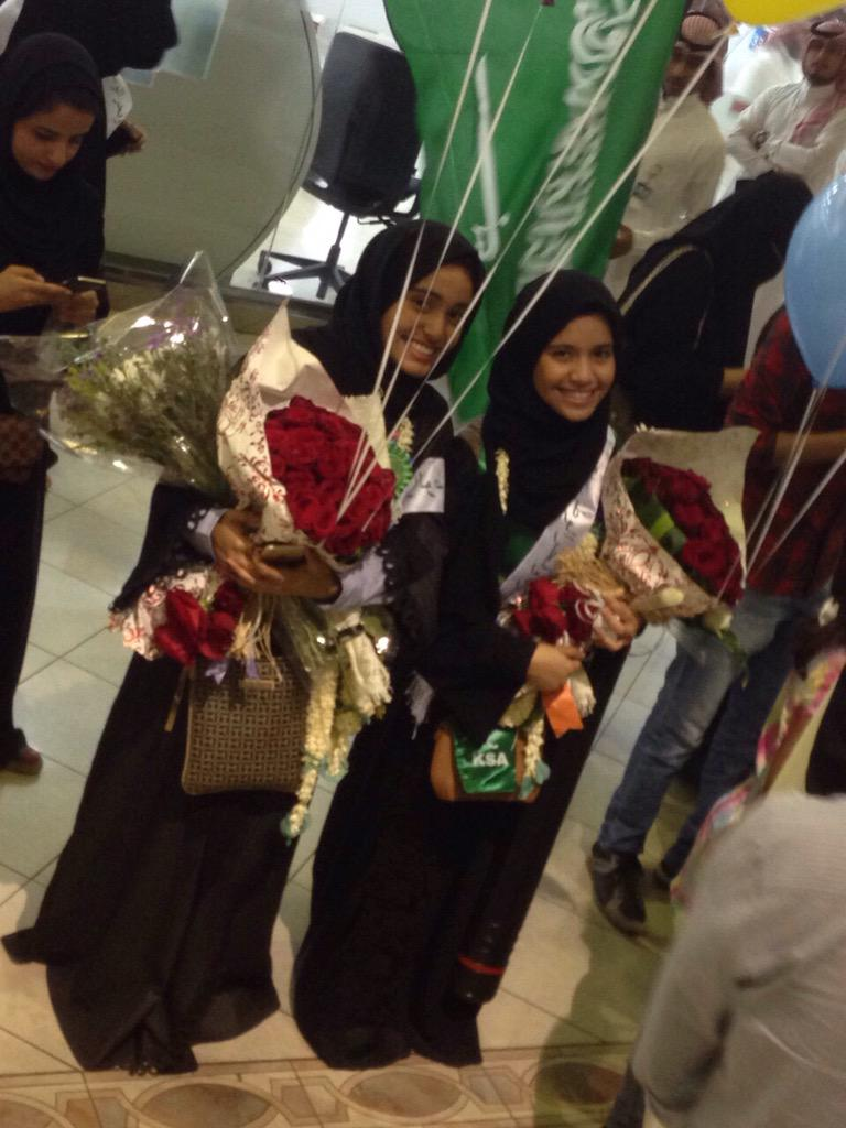 غاده غنيم الغنيم  (@GhadahAlghunaim): الحلوين بنات بوقس لحظة وصولهم لمطار الرياض   #استقبال_المنتخب_الوطني_للعلوم http://t.co/ERWbVFebAs