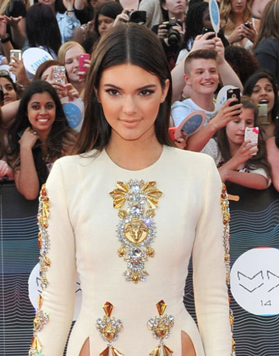 Girl tries to recreate kendall jenner\'s double-slit dress for prom ...