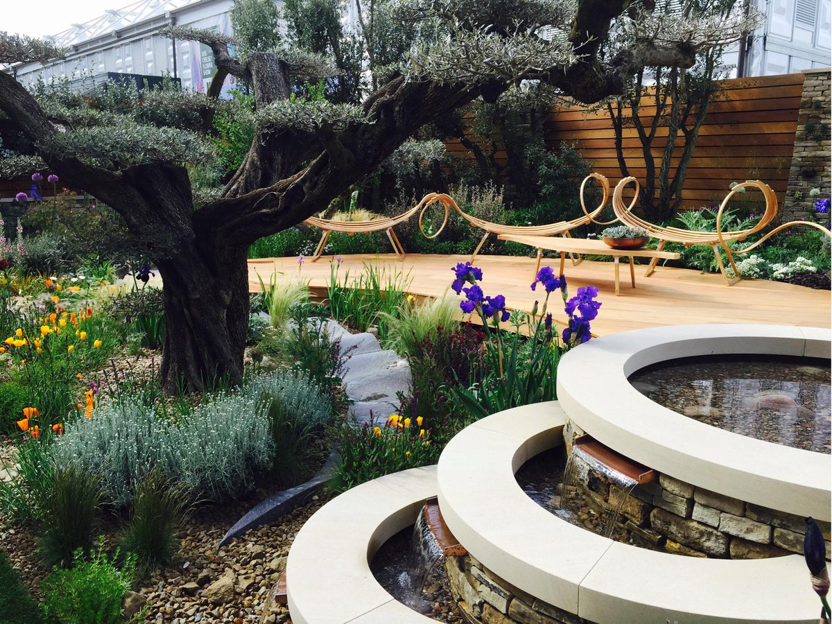 Fabulous day dodging showers at #RHSChelsea , favourite garden was by @LandscapeMan just beautiful! http://t.co/1AMsdO2w4S