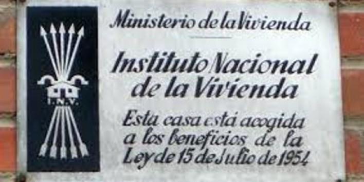 Sembla mentida però Catalunya encara és plena de plaques com aquestes. I en canvi tots correm a  treure estelades... http://t.co/IYmUWzb591