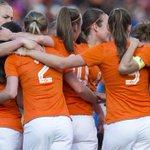 Merel van Dongen (@MerelvD) trefzeker tijdens uitzwaaiwedstrijd @Oranjevrouwen! http://t.co/EpeJBJVWXq