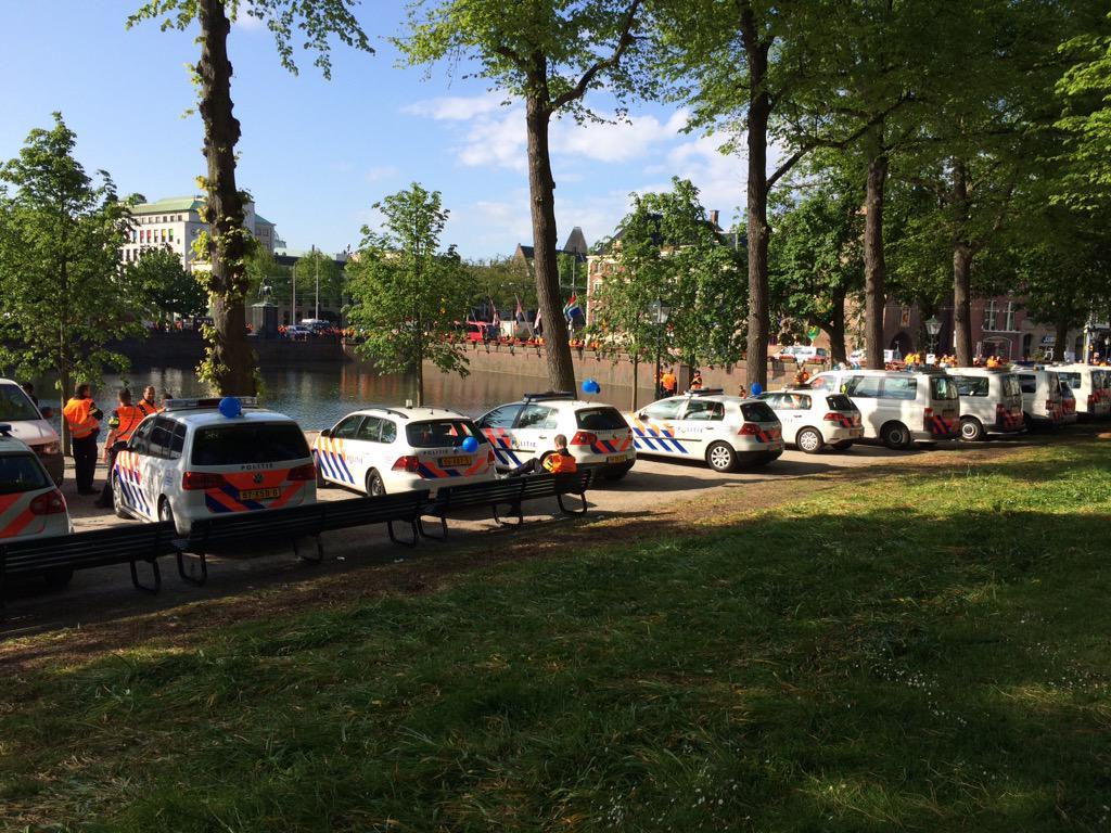 Het stikt van de foutparkeerders bij het #Binnenhof vandaag... Waar is de #politie als je ze nodig hebt? http://t.co/GEH2zzDHhz