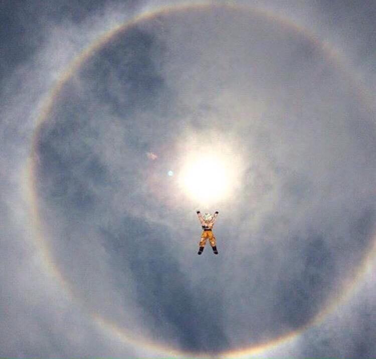 No, no va a temblar. El #halosolar es provocado por cristales de hielo que reflejan la luz del Sol (o por Gokú) http://t.co/jeURfSaekJ