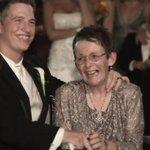 #VÍDEO: Noivo dança com a mãe que tem esclerose lateral amiotrófica e emociona convidados. http://t.co/sI49F2wg0O http://t.co/4NYeLnLptk