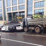 В центре Минска МАЗ без водителя разбил 8 припаркованных автомобилей. http://t.co/md7wr3kaXE http://t.co/19n6wG79wb