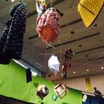 ミナ ペルホネン 創立20周年を記念した展覧会「1∞ミナカケル」へ。アーカイブを使ったインスタレーションや映像など http://t.co/uPtD7pJvbQ 覗き穴の中にはミシン!? http://t.co/5lmd1kwN5T