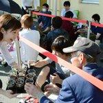 【時は来た】開店前日のスタバに行列…全国で最後の出店となった鳥取県 http://t.co/RqGfdo9JwP 午後1時ごろ、店舗から約200m先に整列場所が設けられ、学生らが防寒具を手に集まり、行列は夕方には約30人に。 http://t.co/X1wKrdGTIm