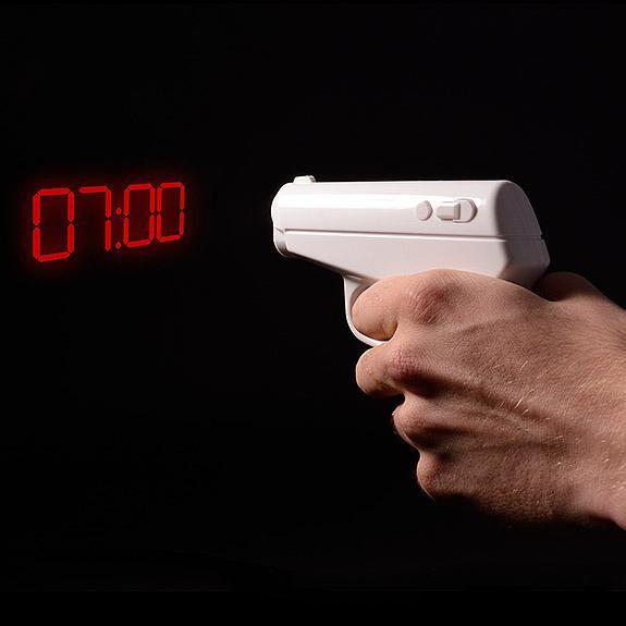 어둠속에서 벽을 향해 발사하면 시간을 표시해주는 LED 램프건 #천하제일_병신같지만_왠지_갖고_싶은_물건_경연대회 http://t.co/2k4I1QschD