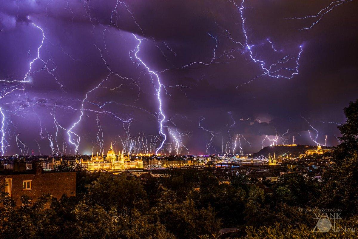 Wat krijg je als je 2 uur bliksem staat te fotograferen in Boedapest? Juist, zo'n geweldige plaat. Foto Zoltán Vanik http://t.co/19cF0FutJ7