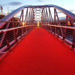 The #SamThompsonBridge glows red tonight to celebrate what would have been #GeorgeBests 69th birthday... @BelTel http://t.co/RT5k2MTNZH
