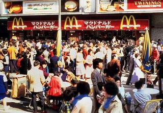 鳥取県のスタバ1号店の行列を笑う前に「マクドナルド銀座1号店」のオープン当時の画像を見てみましょう http://t.co/5sI9qZ7tRq