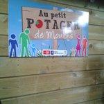 """RT @Daleux Inaug du """"petit potager"""" #Lille #Moulins en pied dimmeuble cc #centresocialmoulins et parcs et jardins http://t.co/lv6AblHX0u"""