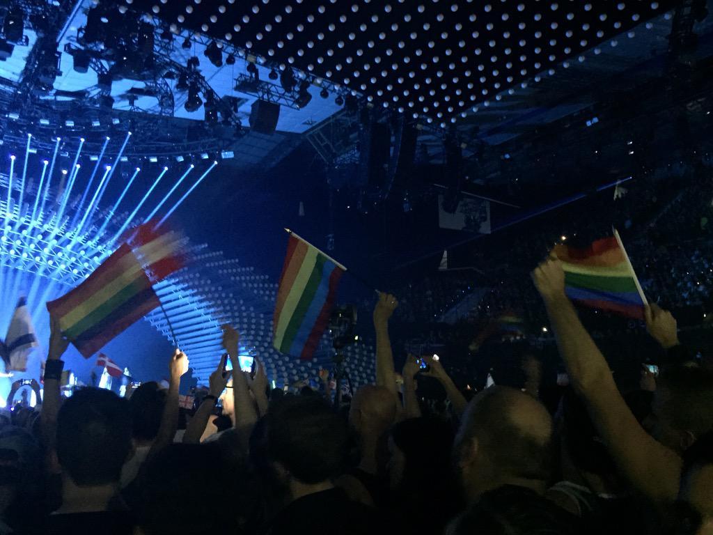Banderas gays mientras canta Rusia #Eurovision http://t.co/vKeHDa5jqz