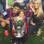 Luis Suarez and his family with the Liga trophy during the celebration http://t.co/9U31r7poUP (via @LuisSuarez9)