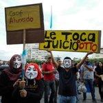 Guatemaltecos vuelven a manifestar contra la #corrupcion #RenunciaYa http://t.co/RQhF9BX5sY http://t.co/mGpSBaRJCJ