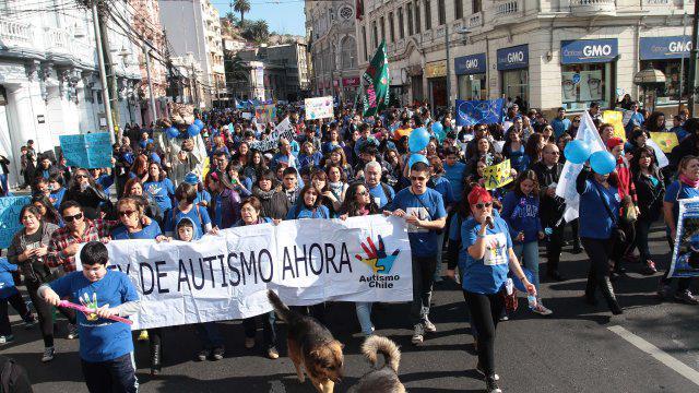 [Fotos] Miles de personas marcharon en Valparaíso por una Ley de Autismo http://t.co/tMP2X04eoW