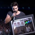 Luan acaba de receber prêmio pelo novo trabalho, que já rendeu mais de 300 mil cópias! #LuanSantanaNoMultishow http://t.co/3mD3tOR7v1