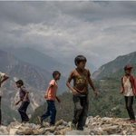 Nepalese flee to safety after landslide blocks river http://t.co/lbOuVvcxdC http://t.co/Pu2LUvLCym