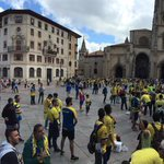 La plaza de la catedral de Oviedo también cambia de color #suenocontigo #OviedoAmarilla http://t.co/yVsJFcoPlY
