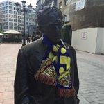 Woody Allen está muy agradecido a Oviedo, pero los colores son los colores #OviedoAmarilla http://t.co/ukawfEask6