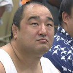 支度部屋で、照ノ富士の取組を見守った安美錦。勝ったのを見届けた後、隣の栃ノ心と見合う表情がまたいいですねー(*´▽`*)  #sumo http://t.co/Y1HSsJD25V