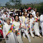 Gloria Steinem and other peace activists cross the demilitarized zone separating the Koreas http://t.co/XTVaH9g5dE http://t.co/4fDi52Cbo1