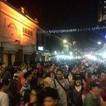 Suasana jalan tunjungan pukul 18:10. poara pengunjung ramai berdatangan @sbotv http://t.co/dJeVj1WM4b