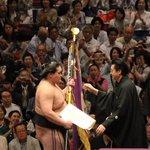 <千秋楽の様子>師匠の伊勢ヶ濱審判部長より優勝旗を受ける照ノ富士。#sumo http://t.co/ceMH3S4I82
