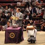 <千秋楽の様子>優勝した照ノ富士に日仏友好杯。今場所はゴールドのビッグマカロン。#sumo http://t.co/erTB8YETAb