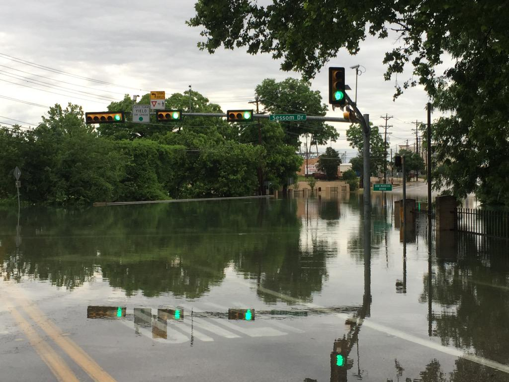 Sessom Drive is completely under water. #TXST #SMTX #SMTXFlood http://t.co/viiiPEzOhr