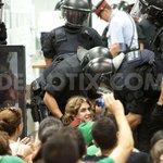 Ada Colau, wahrscheinlich nächste Bürgermeisterin von Madrid, bei einer weiteren Bankbesetzung #KampfansageanBanken http://t.co/jWArIFxeH0