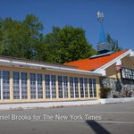 Here is the last orange-roofed Howard Johnsons restaurant in the United States: http://t.co/WCbVYMs9OV http://t.co/JOZUx0PbyW